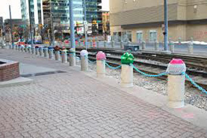 yarn_bomb_gate_near_canal
