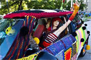 yarn_bomb_lady_in_car
