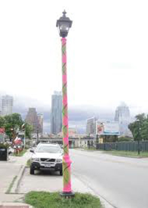 yarn_bomb_street_light
